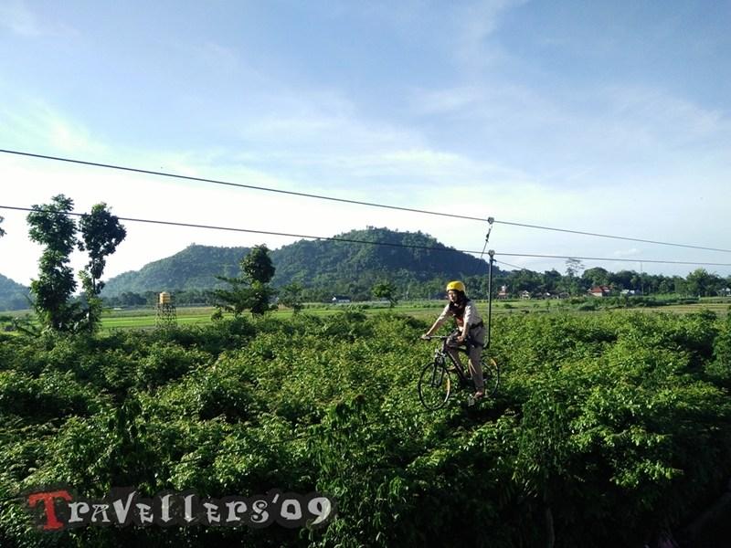 Negeri Dongeng Blitar Travellers Sepeda Terbang Latar Belakang Gunung Pegat