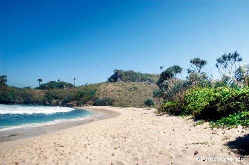 Pantai Pasir Putih Sumbersih Peh Pulo Gusjeng Kabupaten Blitar Pasur