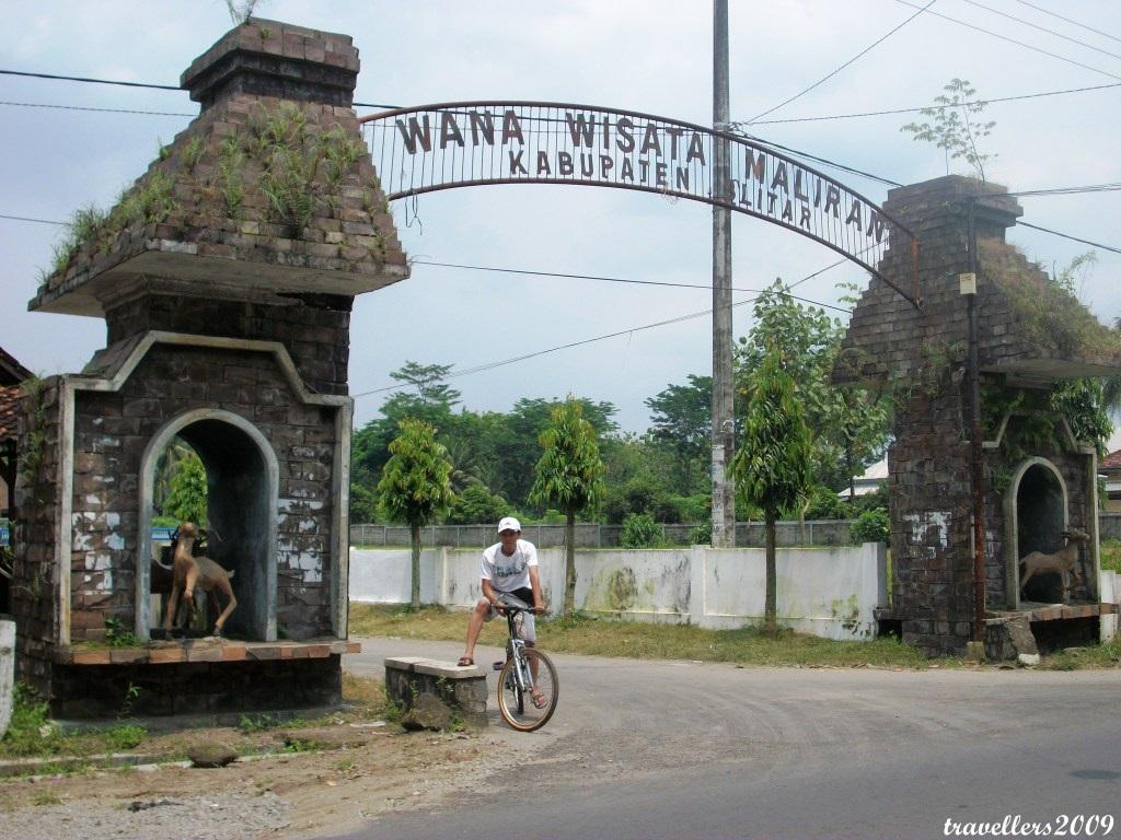 Gapuro Kidang Gapura Menuju Wanawisata Penangkaran Rusa Maliran Desa Jatilengger