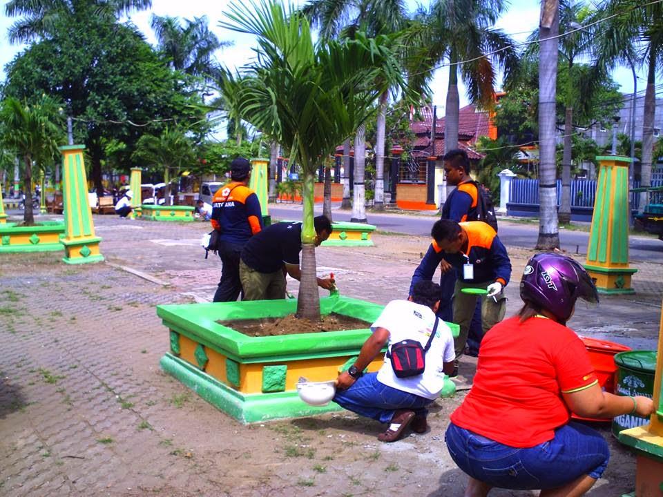 Ratusan Warga Cepu Manajemen Hotel Ammi Bersihkan Taman Seribu Karyawan