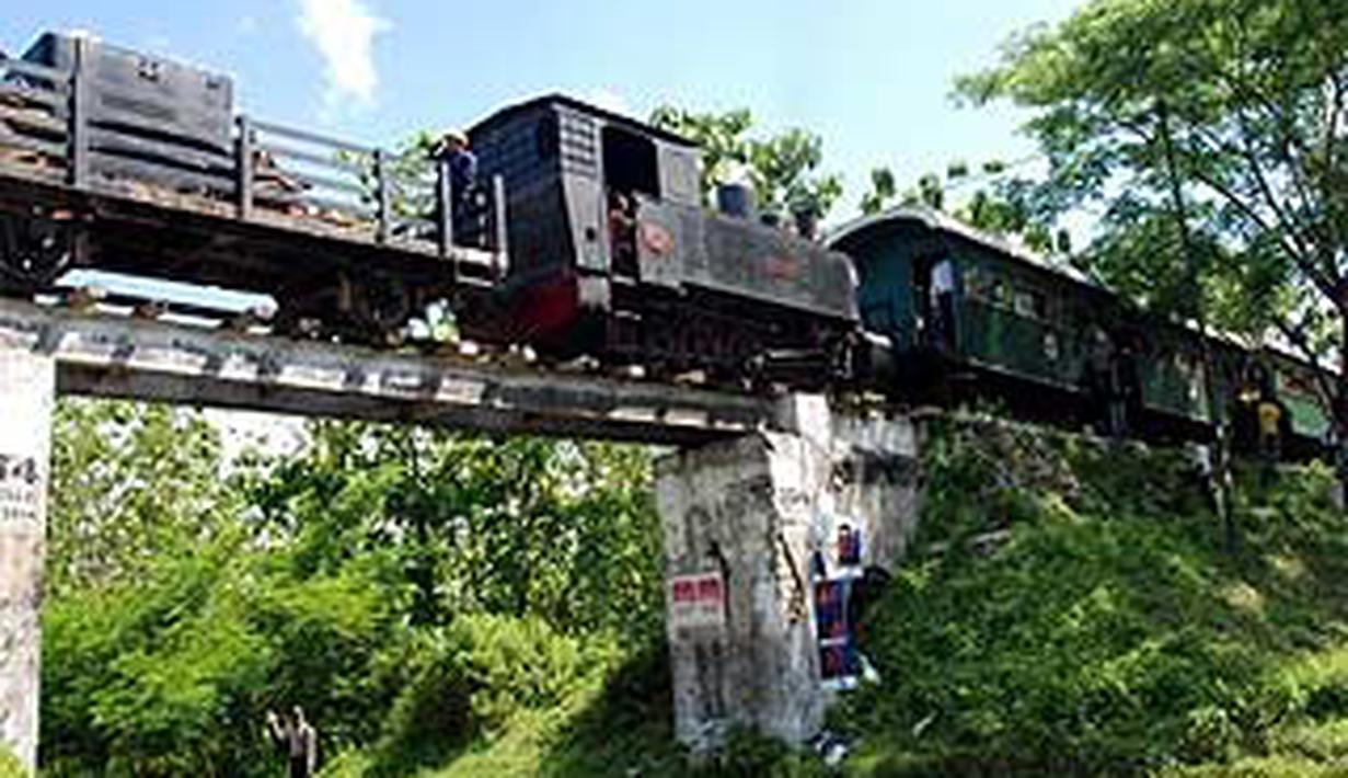 Kereta Api Uap Wisata Bahagia Buatan Jerman 1928 Melintas 1