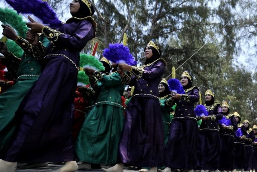 Karnaval Multietnis Meriahkan Festival Pesona Boalemo Republika Online Sejumlah Penari