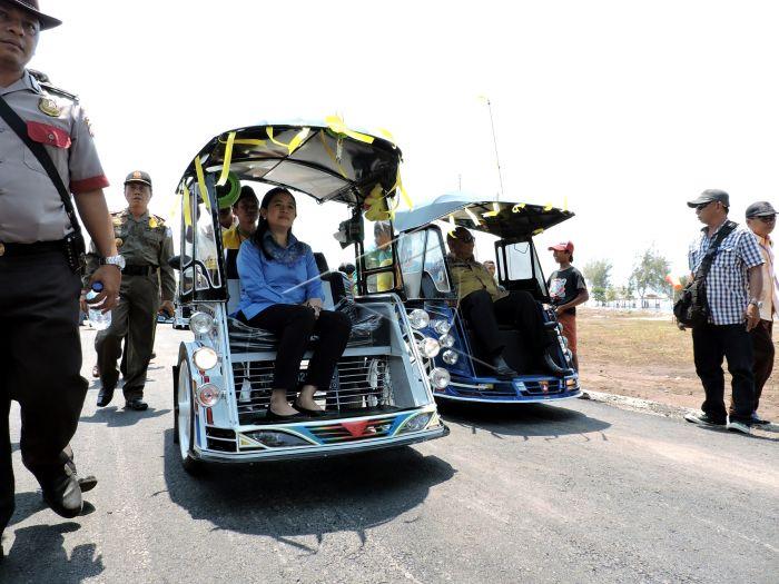 Naik Bentor Antara Foto Provinsi Gorontalo Rusli Habibie Kanan Menaiki