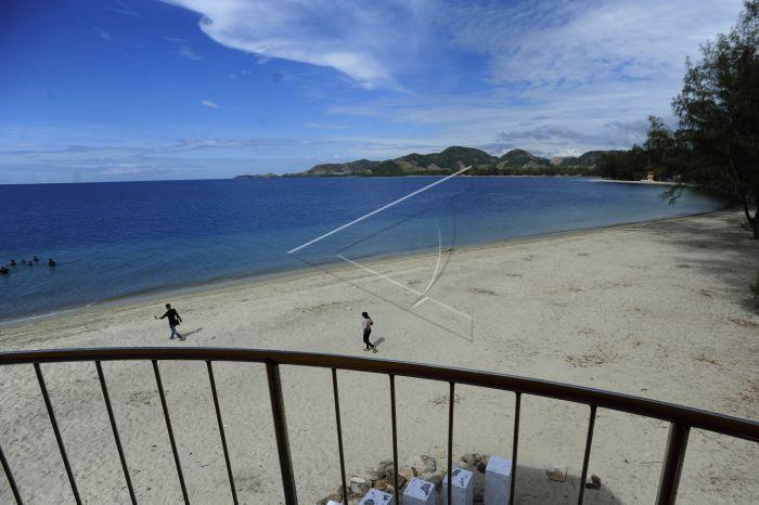 Wisata Pantai Bolihutuo Antara Foto Wisatawan Berjalan Pasir Kawasan Boalemo