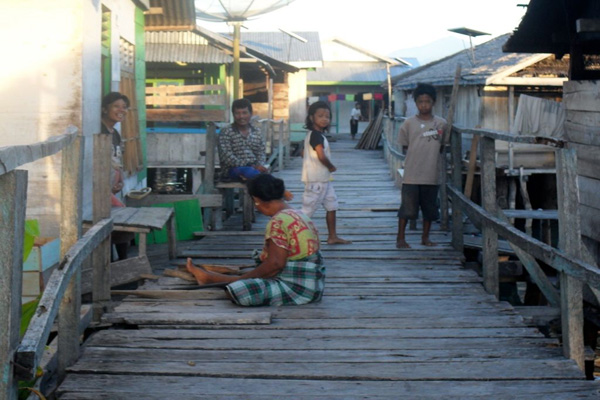 Kearifan Suku Bajo Menjaga Kelestarian Pesisir Laut Mongabay Id Jembatan