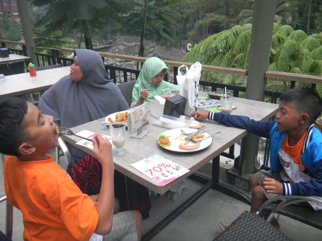 Pondok Dahar Lauk Jogja Hang Restoran Cimory Riverside Puncak Menjual