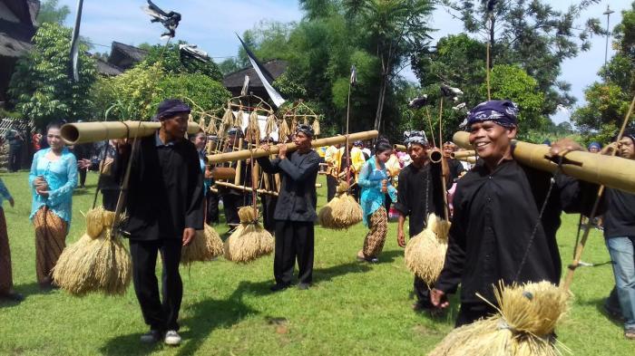 Ritual Serentaun Kampung Budaya Sindang Barang Tribunnewsbogor Sindangbarang Kab Bogor