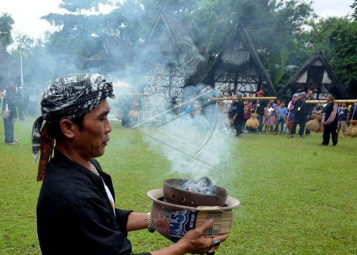 Seren Taun Kampung Sindang Barang Pemuka Adat Membawa Sesaji Puncak