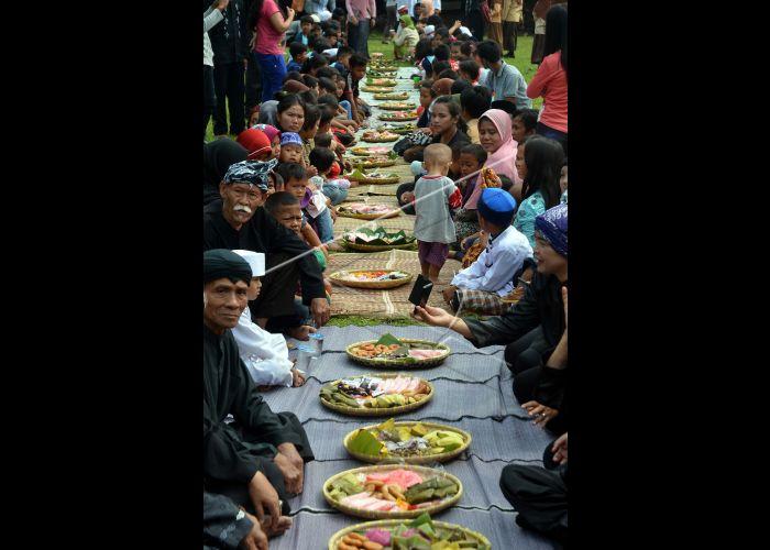Seren Taun Kampung Sindang Barang Sejumlah Warga Melakukan Tradisi Ritual