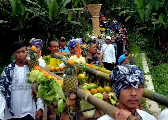 Seren Taun Kampung Sindang Barang Warga Mengarak Hasil Bumi Budaya