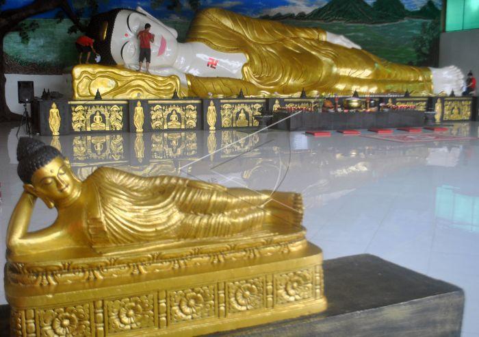 Persiapan Imlek Vihara Patung Buddha Tidur Antara Foto Pekerja Membersihkan