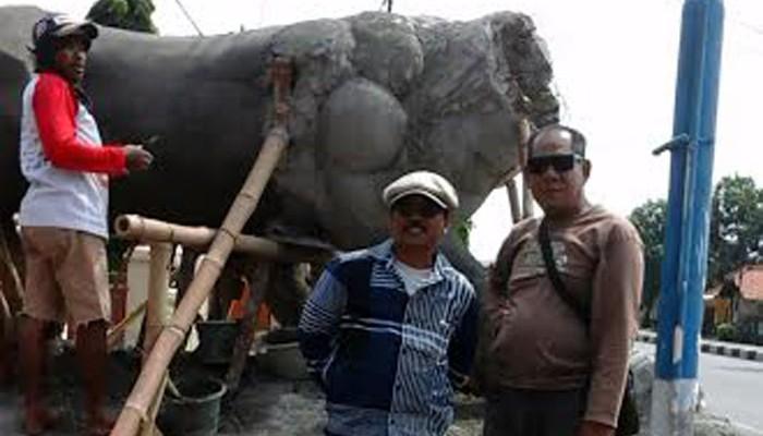 Polsek Losarang Miliki Patung Harimau Terbesar Indramayu Foto Pekerja Merampungkan