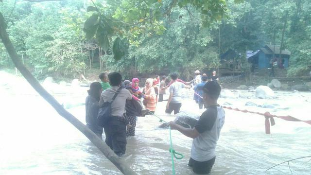 Detik Mengerikan Ambruknya Jembatan Penangkaran Rusa Bogor Giri Jaya Cariu