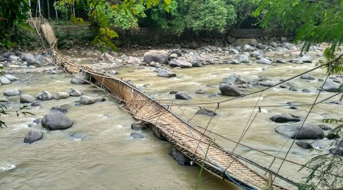 Jembatan Ambruk Kondisi Penangkaran Rusa Cariu Bogor News Gantung Wisata
