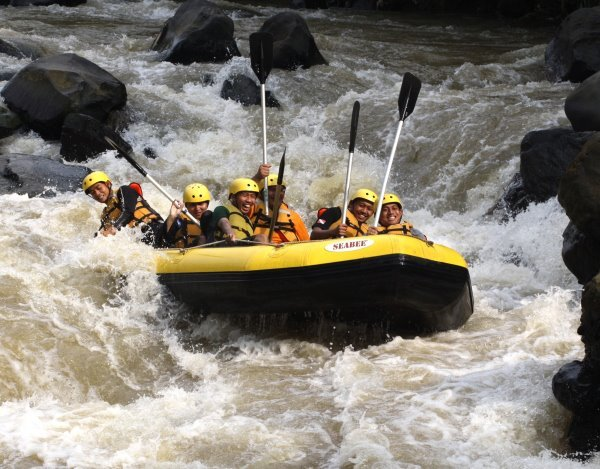 Paket Rafting Sungai Cisadane Bogor Binadika Outbound Kab