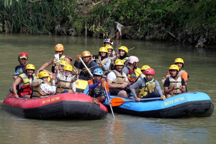 Wisata Arung Jeram Sungai Cisadane Antara Foto Sejumlah Turis Asing