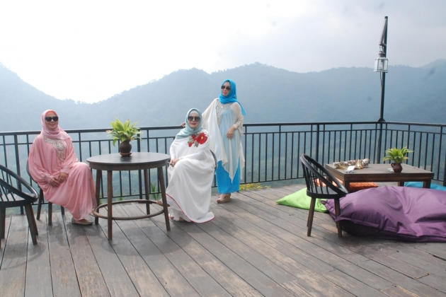 Datanglah Negeri Atas Awan Kab Bogor Jenuh Wisata Pengunjung Berfoto
