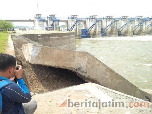 Jembatan Bendung Gerak Bojonegoro Terancam Longsor Beritajatim Bendungan Kab