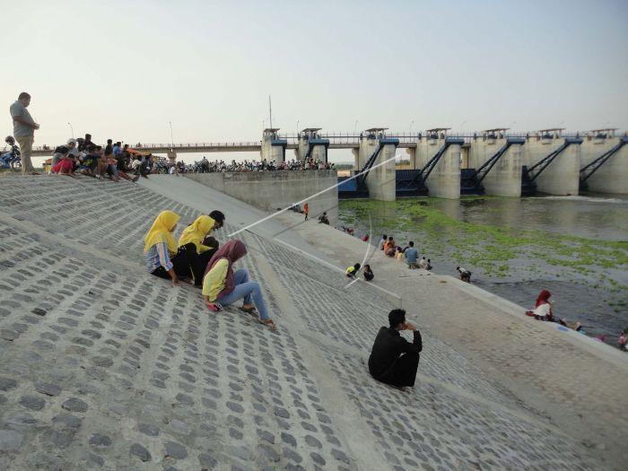 Wisata Bendung Gerak Antara Foto Sejumlah Pengunjung Duduk Lokasi Bengawan