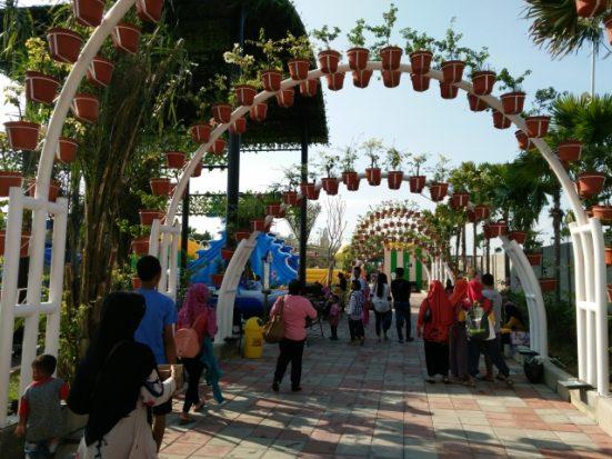 Akhir Libur Lebaran Gofun Waterpark Bojonegoro Ramai Pengunjung Jalur Masuk