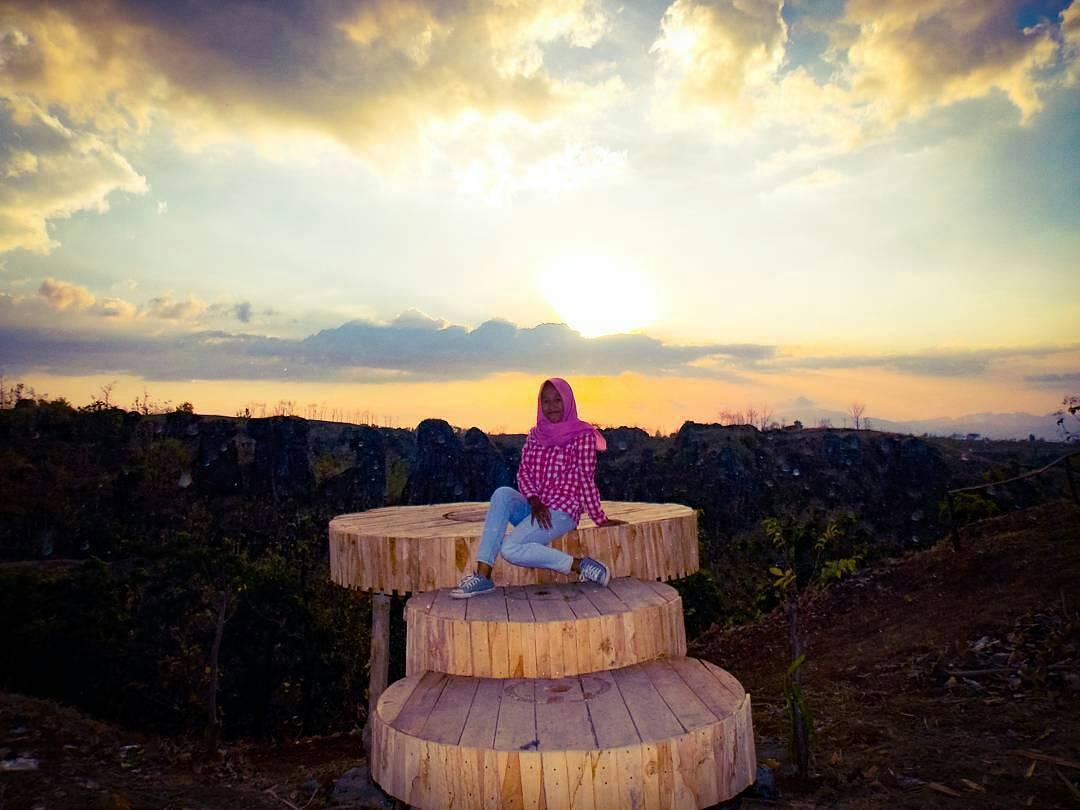 Batu Solor Stonehange Indonesia Relawan Muda Bondowoso Spot Selfie Area