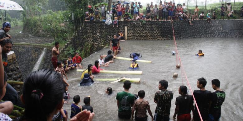 Gedebung Sampan Olahraga Unik Bondowoso Kompas Desa Wisata Organik Kab