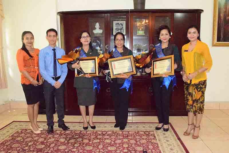 Penghargaan Duet Aries Sujati Ayu Wardhani Koran Buleleng Singaraja Pura