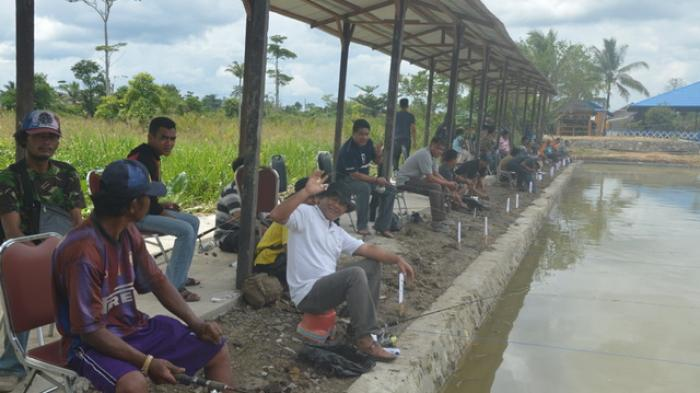Ramai Ikut Lomba Memancing Menghilangkan Stres Tribun Taman Selimau Kab
