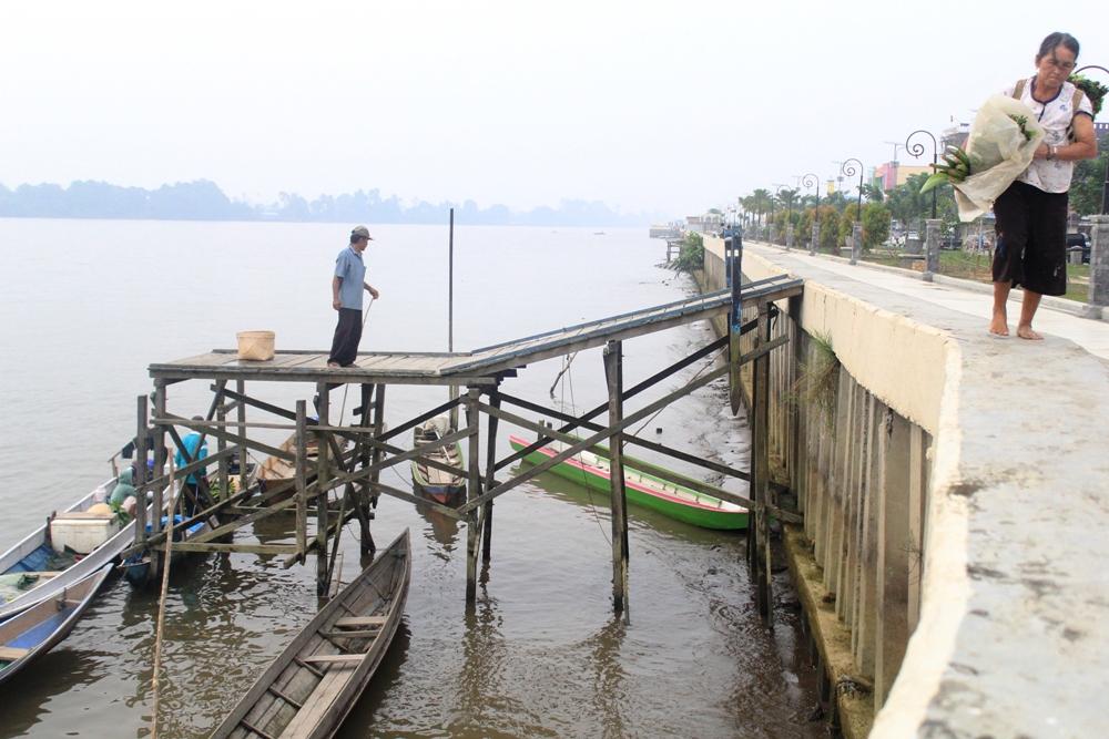 Wah Parah Taman Sungai Kayan Kok Jadi Tempat Bongkar Muat