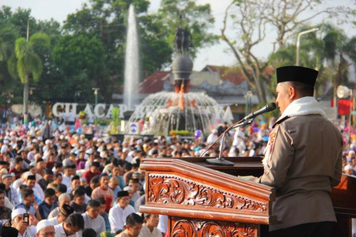 Kapolres Cilacap Menjadi Khotib Sholat Idul Fitri 1439 Alun Tribratanwscilacap