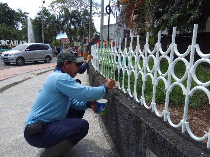 Taman Kota Cilacap Mulai Bersolek Satelitpost Sejumlah Petugas Disperkimta Mengecat