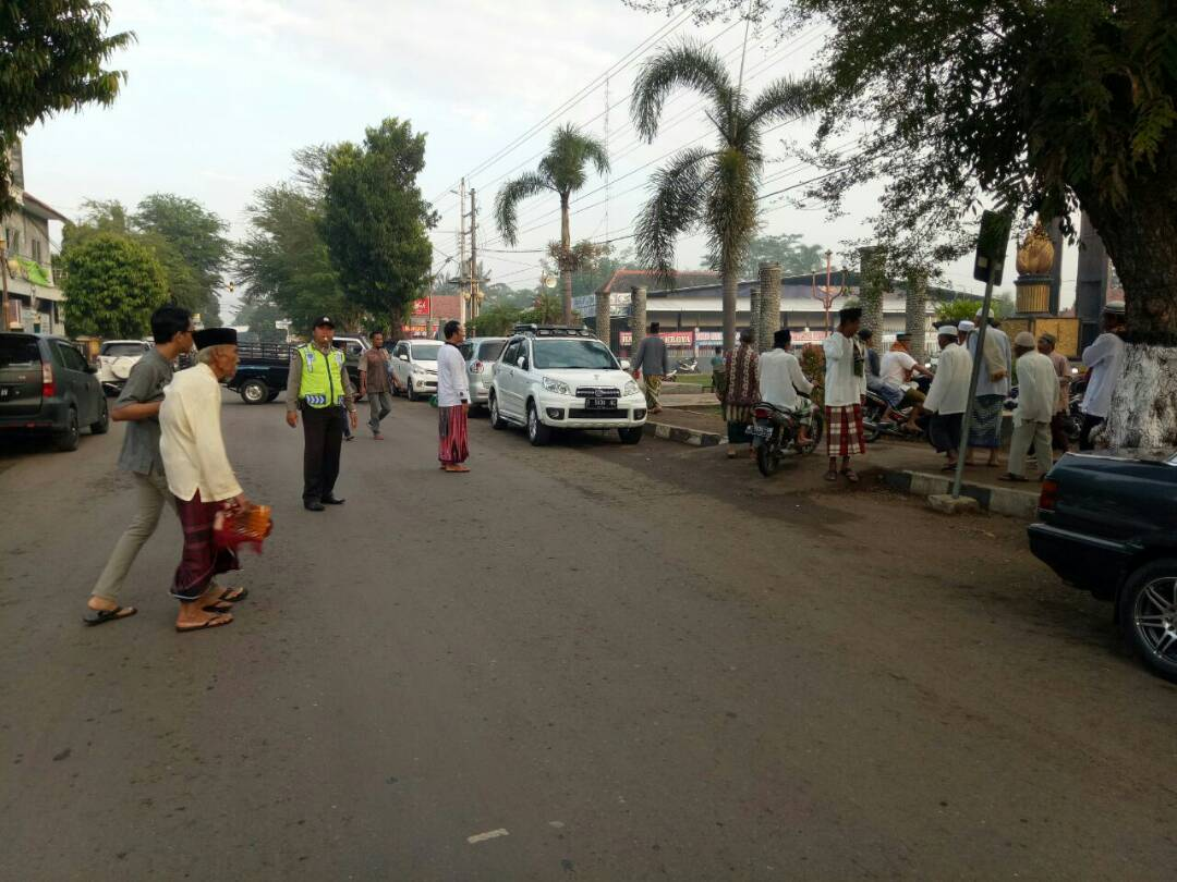 Anggota Polsek Kroya Cilacap Lakukan Pengamanan Sholat Idul Fitri Alun