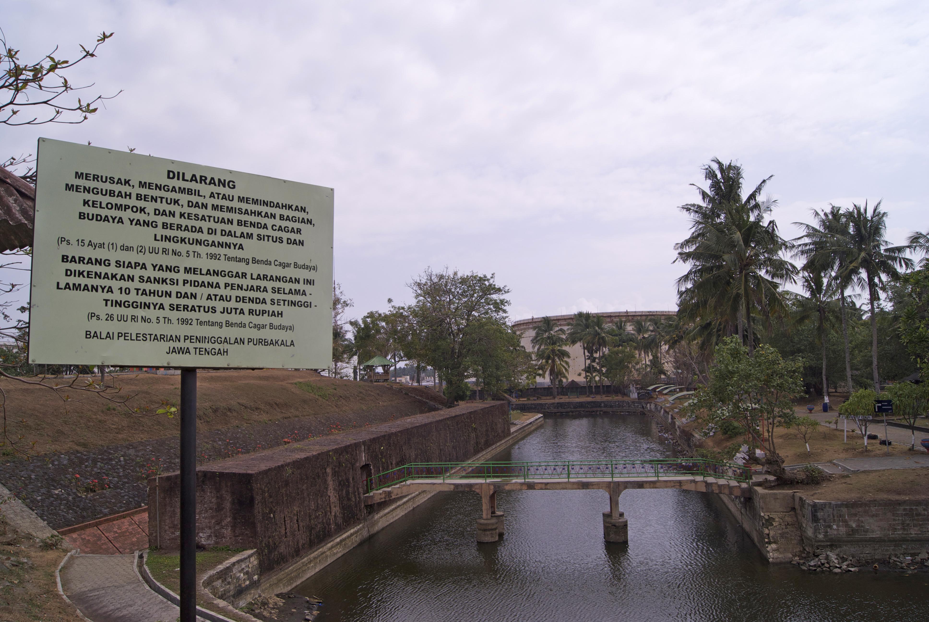 File Benteng Pendem Cilacap Canal Jpg Wikimedia Commons Kab