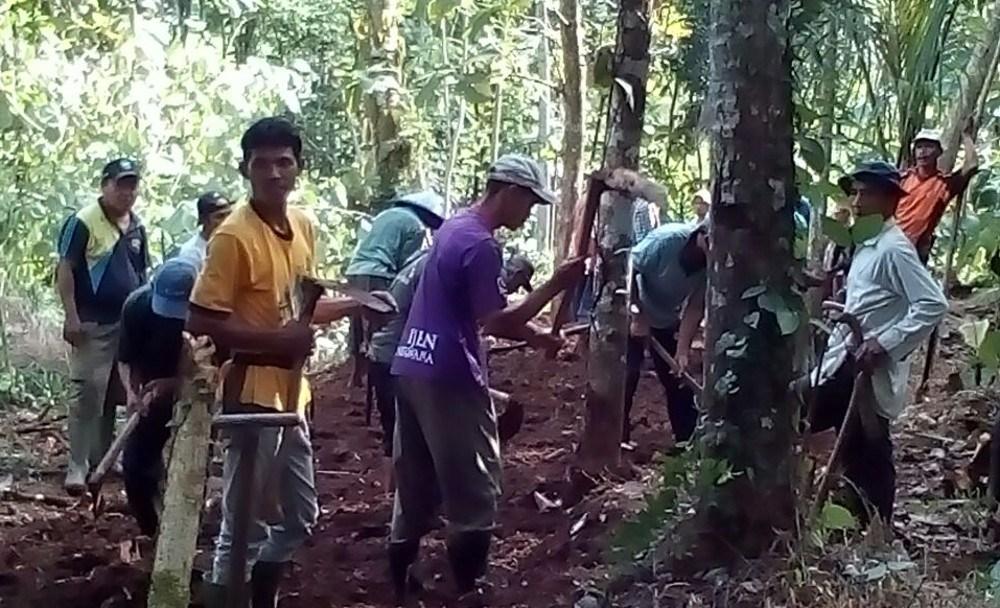 Jalan Usaha Tani Desa Karanggedang Bangun Menuju Perkebunan Duku Kembangkan