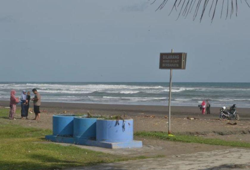 Papan Peringatan Pantai Indah Widarapayung Cilacap Tak Layak Radar Kab