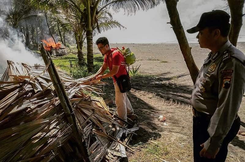 Ratusan Gubuk Mesum Pantai Widarapayung Cilacap Dibakar Satelitpost Petugas Gabungan