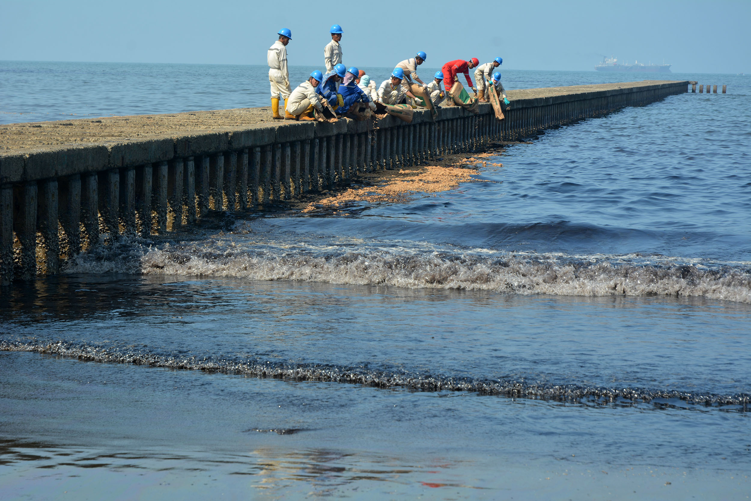 Teluk Penyu Cilacap Tercemar Minyak Mentah Mongabay Id Petugas Pertamina