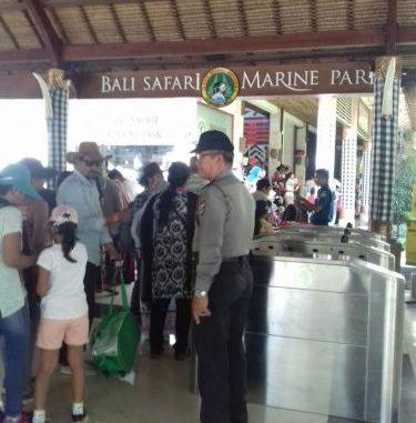 Beri Rasa Nyaman Wisatawan Bhabinpariwisata Polsek Polres Gianyar Atensi Taman