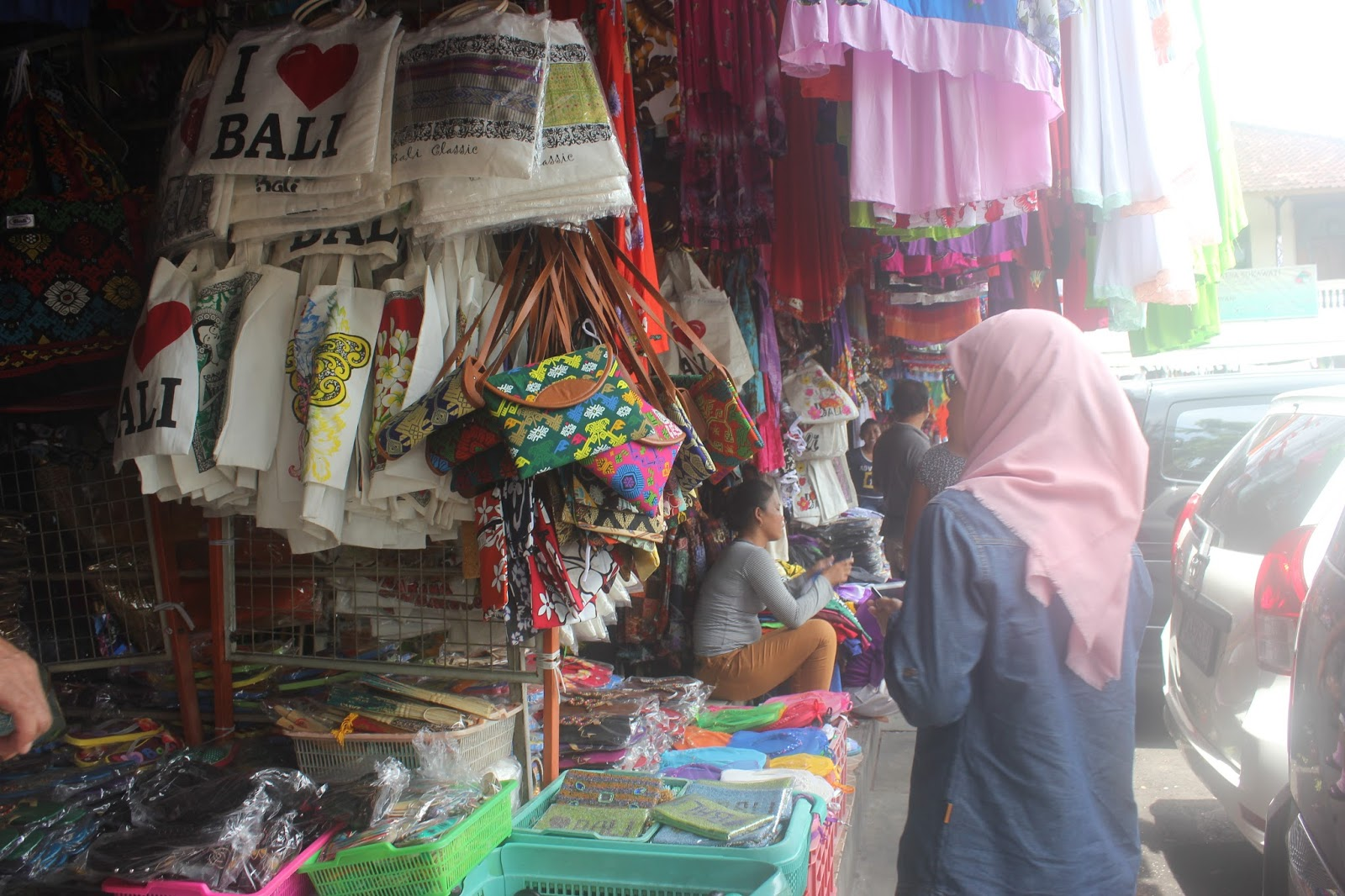 Belanja Oleh Khas Bali Datanglah Pasar Seni Sukawati Sedangkan Umalas