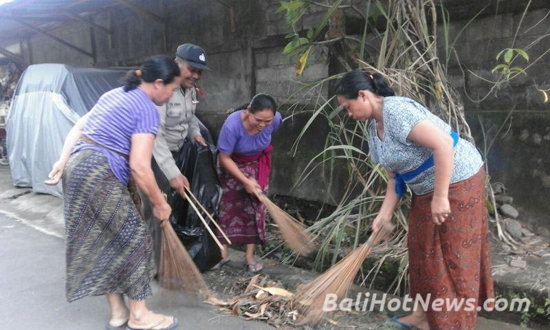 Bhabin Batuan Kaler Melaksanakan Kerja Bhakti Bersama Ibu Pkk Br