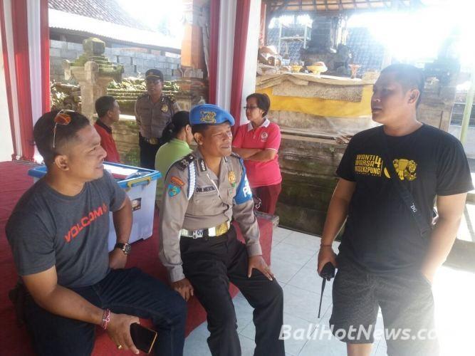 Nikmati Nasi Bungkus Usai Mengarak Ogoh Warga Banjar Mudita Desa