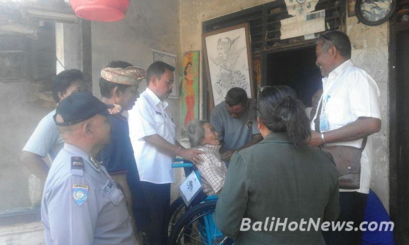 Penyerahan Kursi Roda Warga Banjar Puseh Ketewel Dihadiri Polda Pura