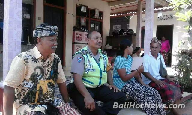 Tripilar Staf Desa Batuan Kaler Sukawati Melayat Rumah Polda Bali