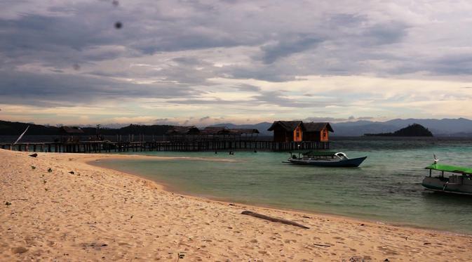 Sensasi Pagi Hamparan Pasir Putih Pulau Saronde Gorontalo Menggunakan Jasa