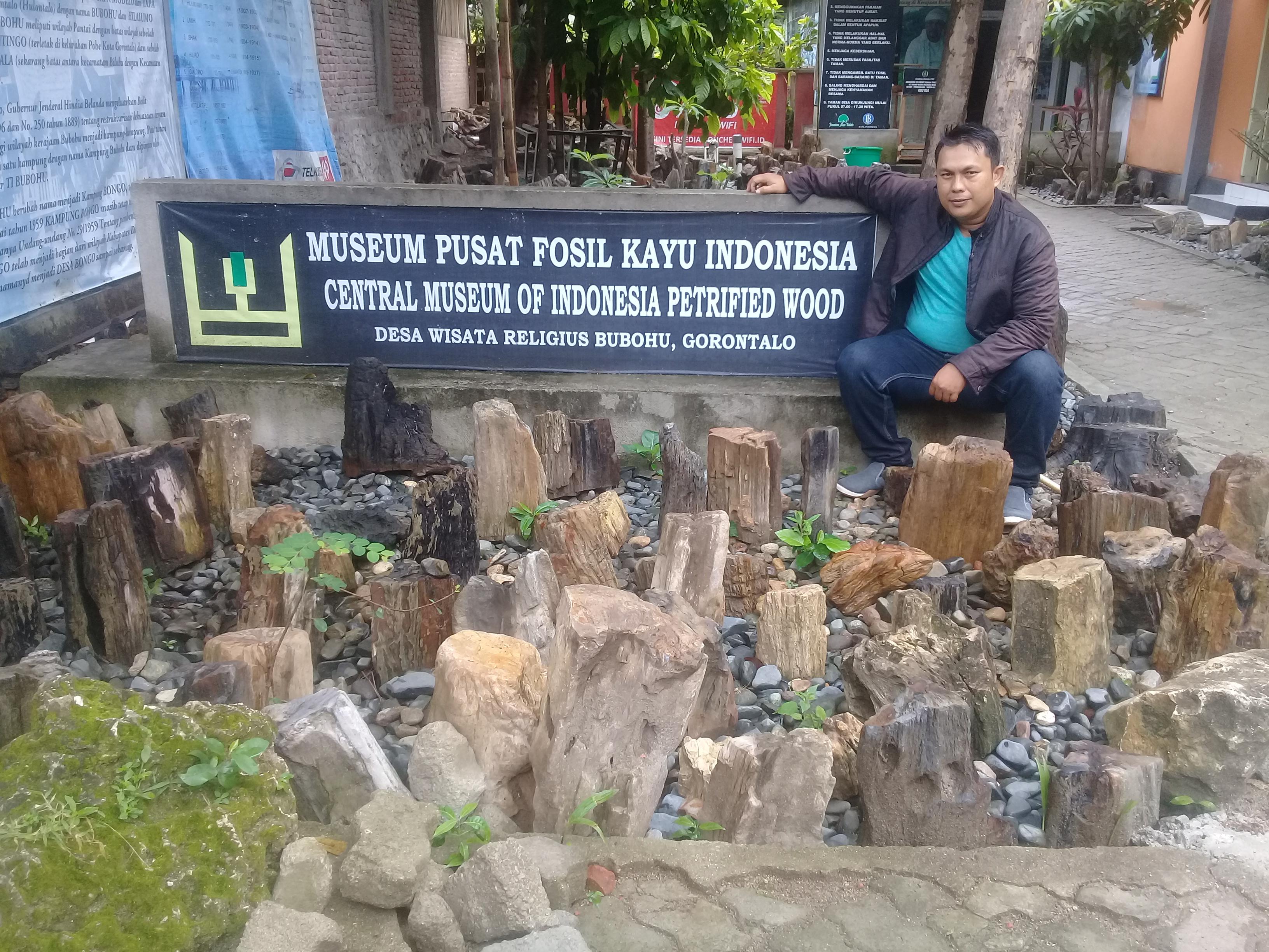 Objek Wisata Bisnis Gorontalo Cahaya Pose Sejenak Depan Museum Pusat