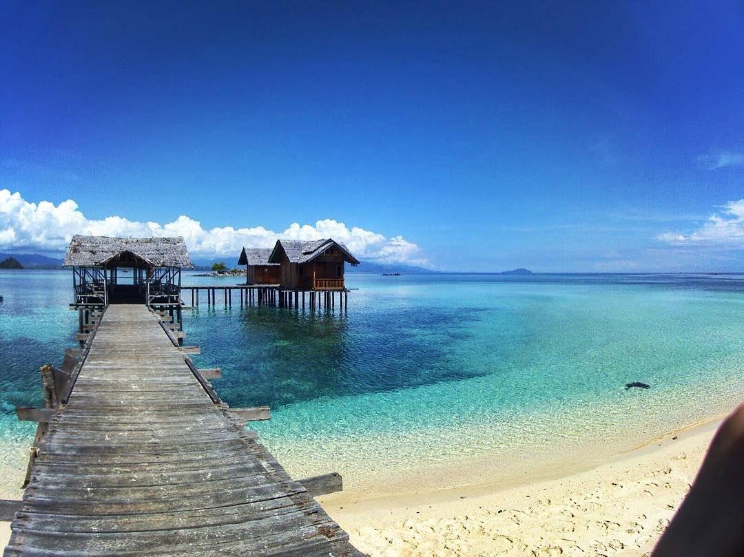 10 Tempat Indonesia Menyajikan Pantai Pasir Putih Air Sebening Kristal