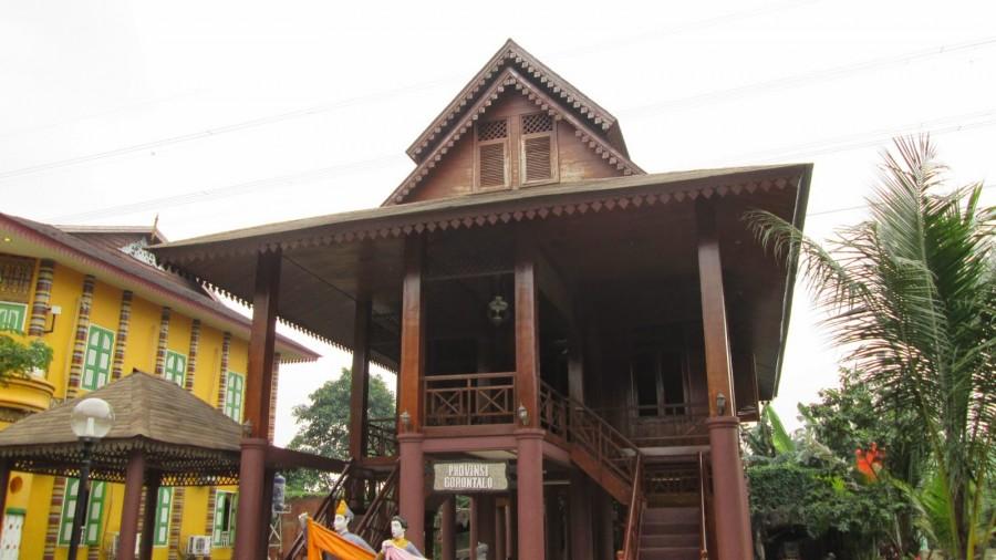 2 Gaya Unik Rumah Adat Khas Gorontalo Satu Jam Dulohupa