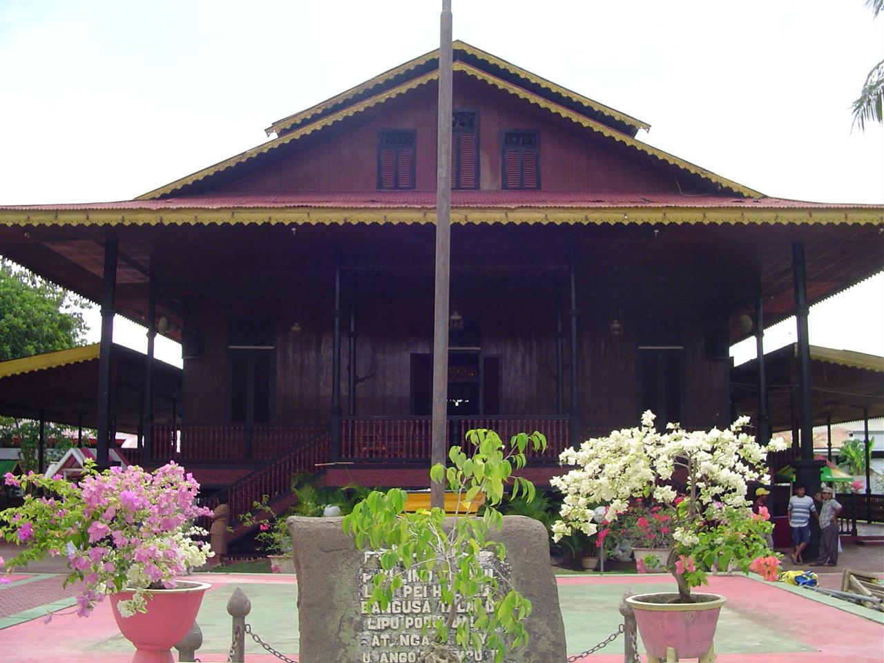 Bangunan Bersejarah Rumah Gorontalo Adat Bantayo Pomboide Wisata Kab