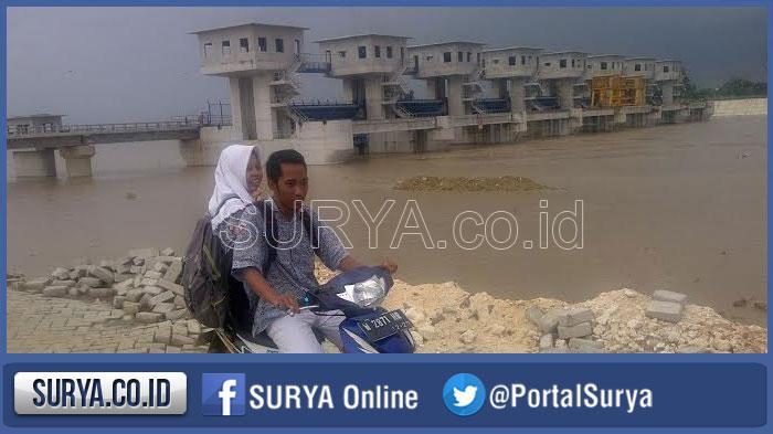 Bengawan Solo Banjir 7 Pintu Air Bendung Gerak Sembayat Gresik