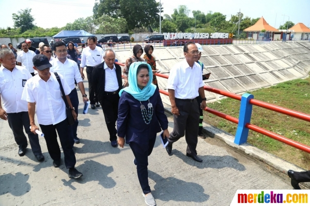 Foto Gaya Kasual Puti Guntur Soekarno Berkunjung Bendungan Melakukan Kunjungan